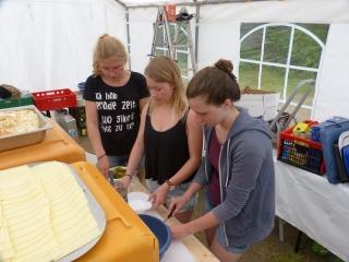 Katharina, Ann-Kathrin und Anna beim Küchendienst