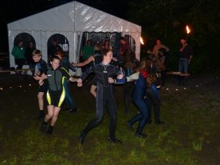 Die Täuflinge tanzen den Ententanz